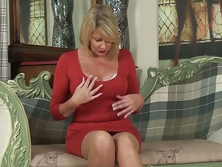 Whorish cougar Amy Goodhead is finger fucking her subdue pussy